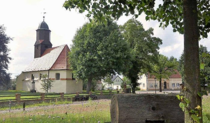 Ankunft im Ort Dobra mit Blick auf die Kirche