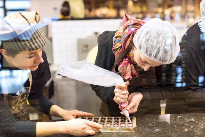 In der Mitmach-Schauwerkstatt können Sie sich selbst einmal an der süßen Verführung ausprobieren.   Foto:  Confiserie Felicitas