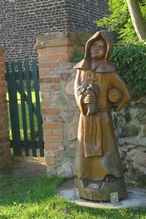 Holzschnitzfigur an der Kirche in Friedersdorf  | Foto: